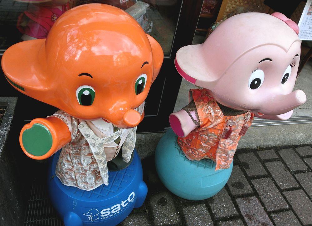 店前のサトちゃんとサトコちゃん
